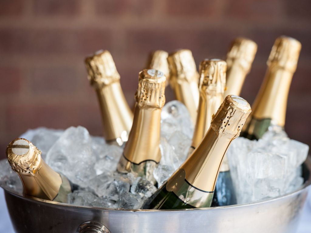 champagne-on-ice-royalty-free-image-898070210-1545403399.jpg (75.84 Kb)
