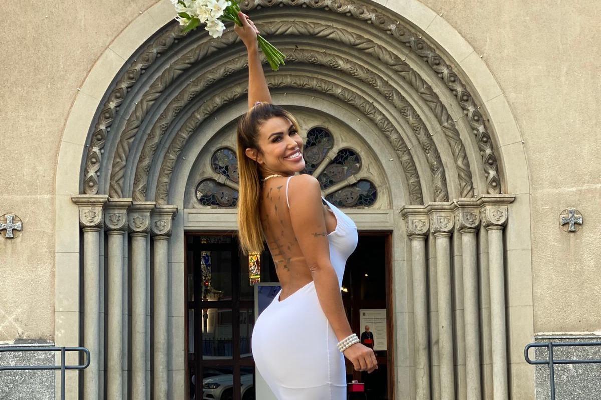 Модель, що демонструє нижню білизну, вийшла заміж сама за себе